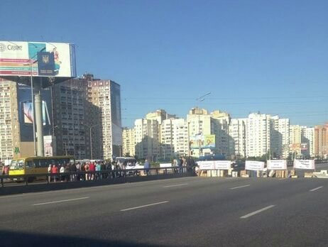 Киевляне вторые сутки живут на дороге 1