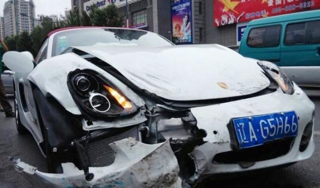 Автомобили, которые попали в аварию, едва успев покинуть автосалон 2