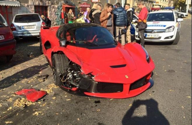 Автомобили, которые попали в аварию, едва успев покинуть автосалон 8