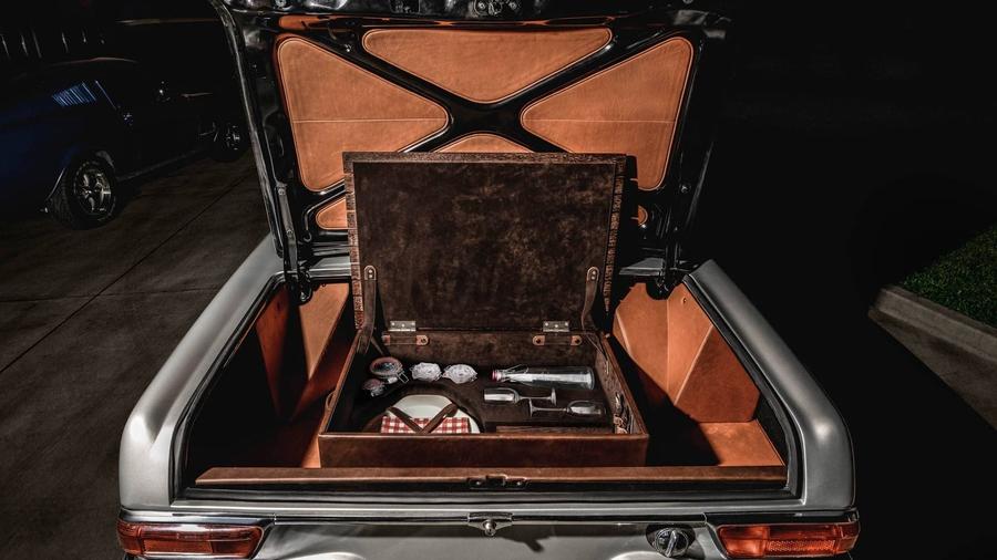 Польские тюнеры преобразили салон родстера Mercedes 230 SL Pagoda 2