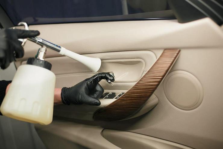 3 причины возникновения неприятного запаха в салоне авто 2