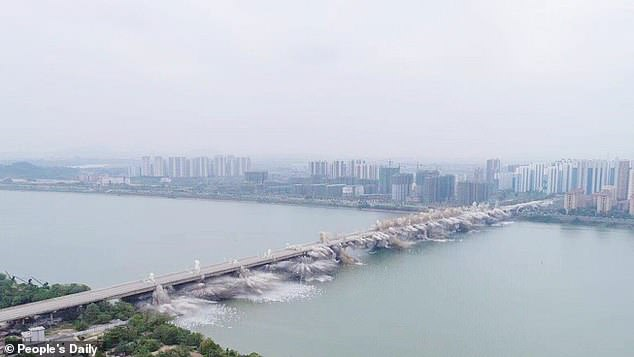 В Китае взорвали мост длиной полтора километра 1