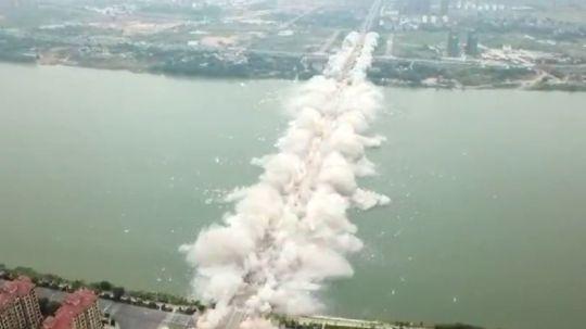 В Китае взорвали мост длиной полтора километра 2