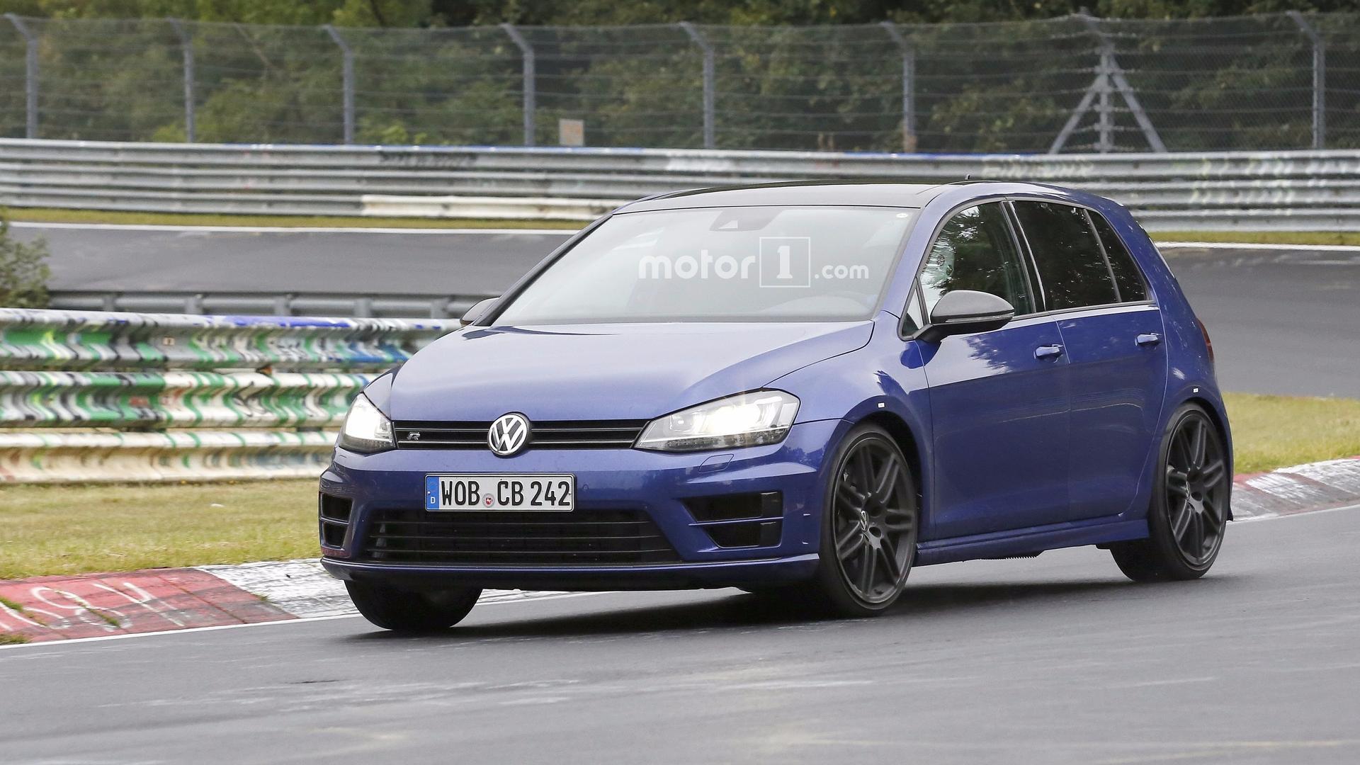 Volkswagen снова вывел на тесты заряженный хэтчбек Golf R420 1