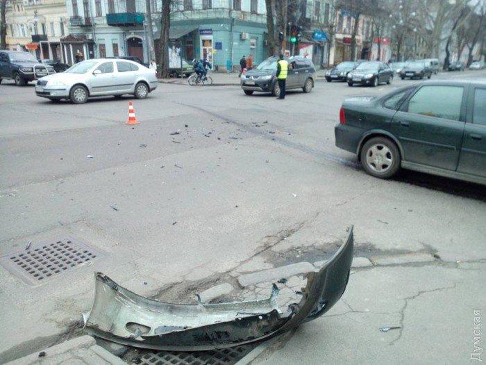 В Одессе столкнулись сразу 4 машины и автобус 1