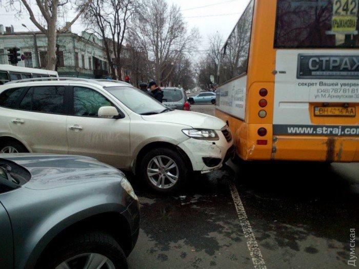 В Одессе столкнулись сразу 4 машины и автобус 2