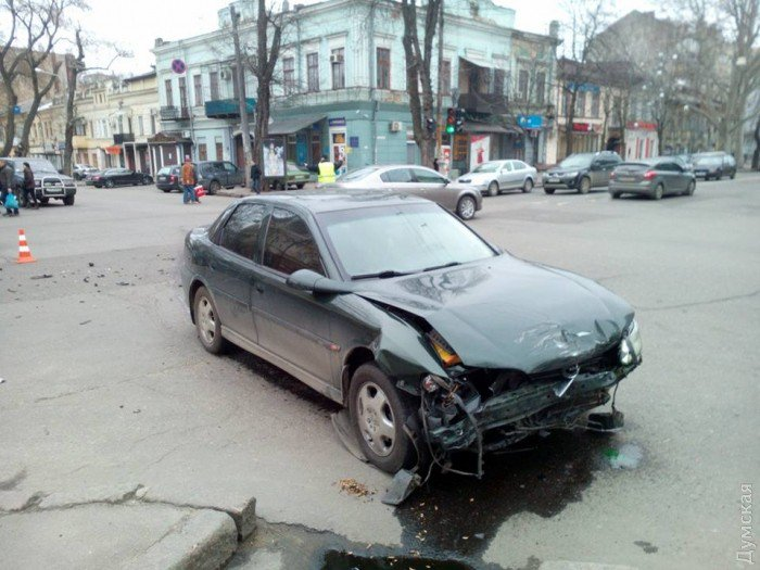 В Одессе столкнулись сразу 4 машины и автобус 3
