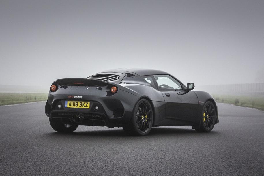 Сыну основателя Lotus получил в подарок трековое купе Evora 2