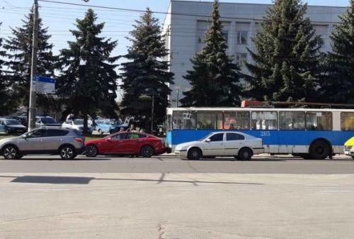Троллейбус и электрокар Tesla «нашли друг друга» 1