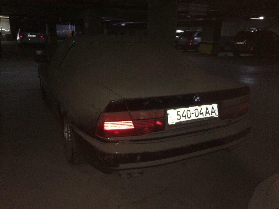 В днепропетровском паркинге простаивает заброшенный суперкар BMW 2