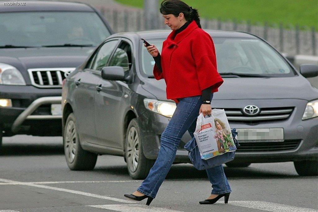 ВР приняла законопроект о запрете пользования мобильными телефонами «на зебре» 1