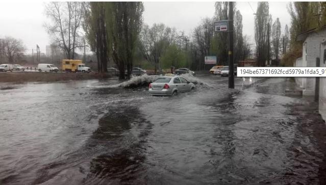 Обильный ливень затопил столичные дороги 1