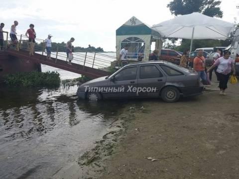 «Герой парковки» припарковался в реке 1