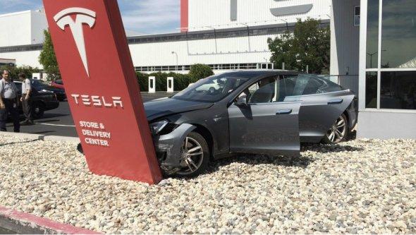 В компании Tesla объяснили причины ДТП 1