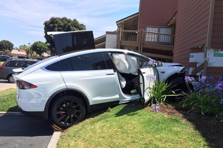 В компании Tesla объяснили причины ДТП 2