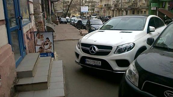 Фото дня: владелец Мерседеса стал «героем парковки» 1
