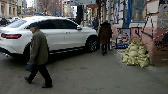 Фото дня: владелец Мерседеса стал «героем парковки» 2