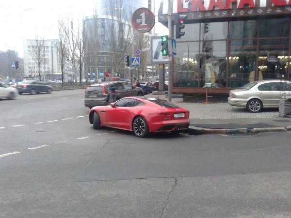 Очередной «герой парковки» припарковал свой спорткар прямо на перекрестке 1