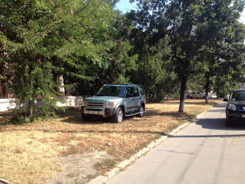 «Герой парковки» на Land Rover разозлил прихожан 1