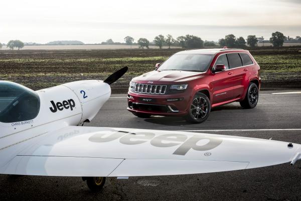 Jeep Grand Cherokee «сразился» с самолетом 1