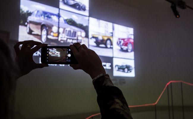 Компания Jaguar устроила лазерную выставку 2