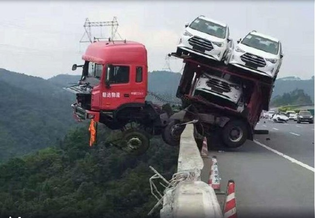 Висящий над пропастью автовоз «шокировал» водителей 1