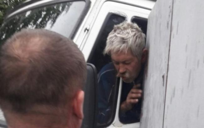 Украинский водитель застрял в окне собственного авто 1