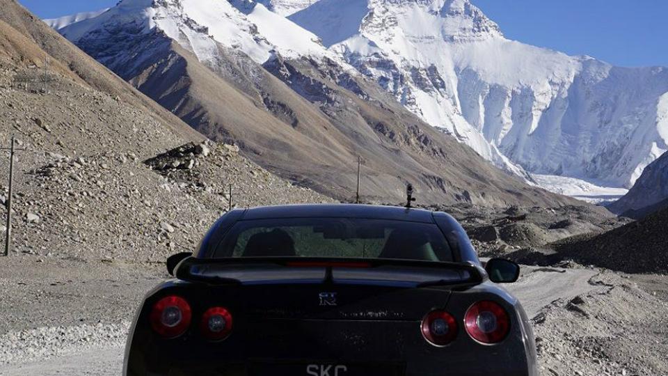 Водитель Nissan въехал на Эверест 1
