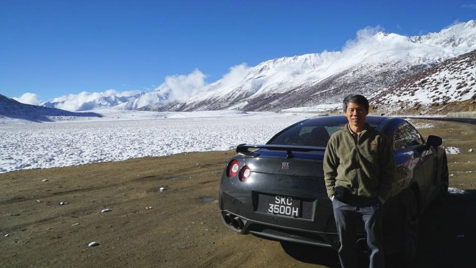 Водитель Nissan въехал на Эверест 2