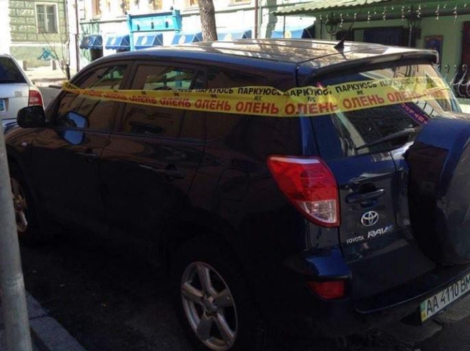 В Киеве автомобили «автохамов» массово обклеивают лентами и наклейками 3