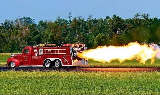 Суперкар Chevrolet Corvette Stingray установил рекорд скорости среди пожарных автомобилей 4