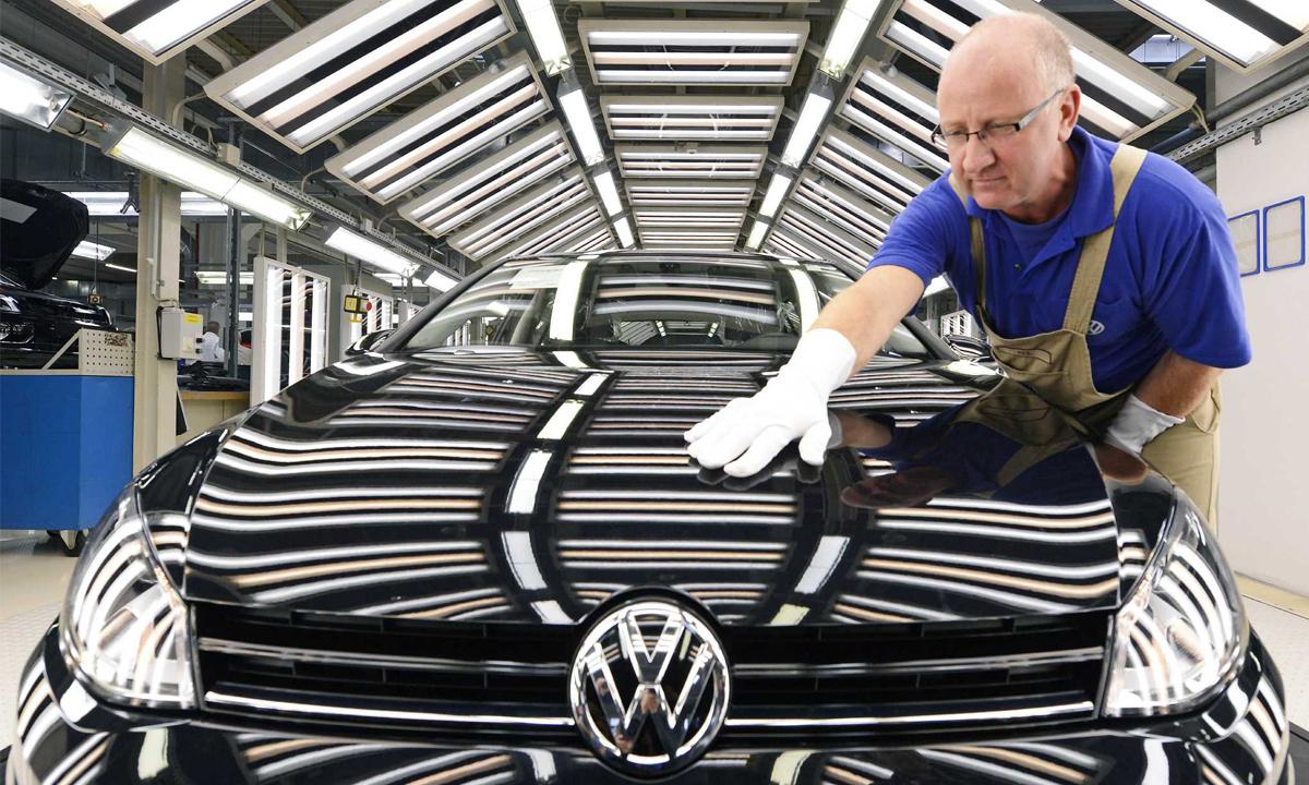 Компания Volkswagen вынуждена уволить тысячи сотрудников 1