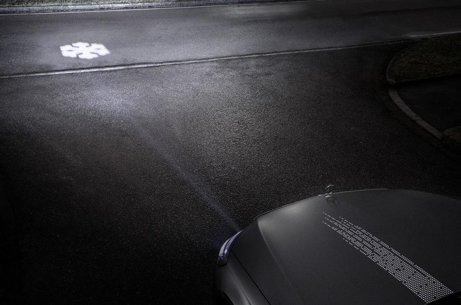 Инновации от Mercedes: подсказки навигатора высветят фары 8