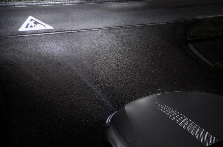 Инновации от Mercedes: подсказки навигатора высветят фары 7