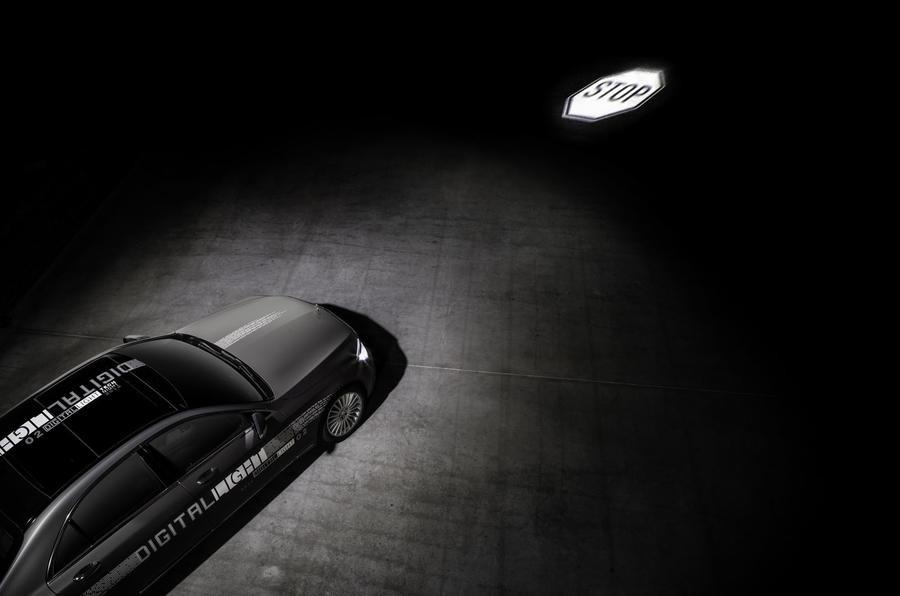 Инновации от Mercedes: подсказки навигатора высветят фары 1