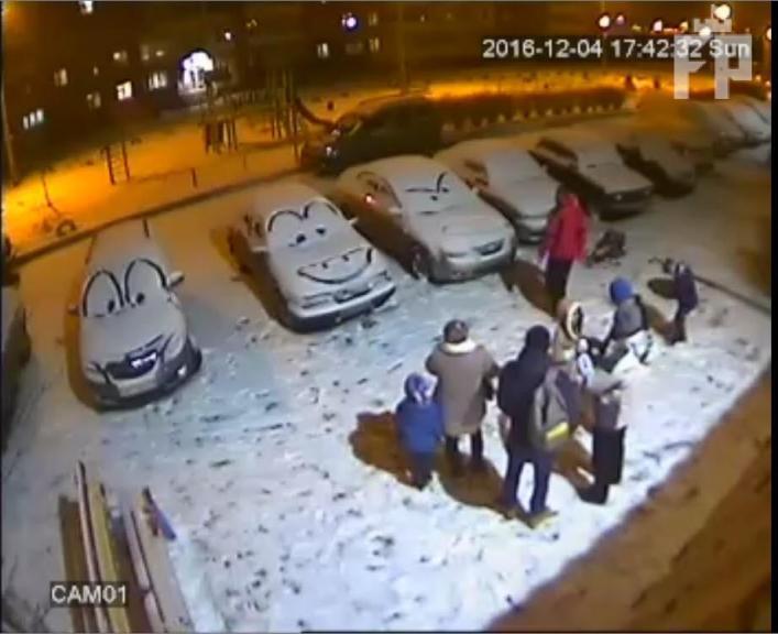 Украинец «превратил» автомобили на парковке в персонажей мультфильма 1
