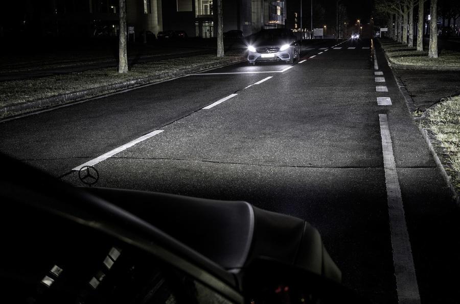 Инновации от Mercedes: подсказки навигатора высветят фары 4