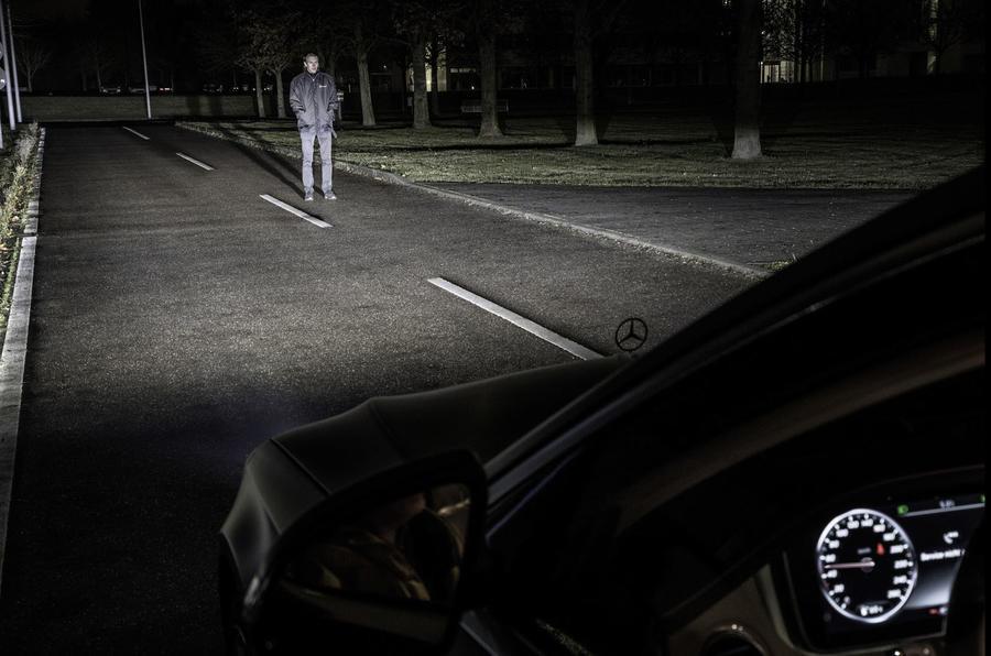 Инновации от Mercedes: подсказки навигатора высветят фары 3