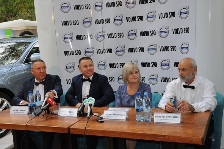 В Украине презентовали инновационный Volvo S 90 1
