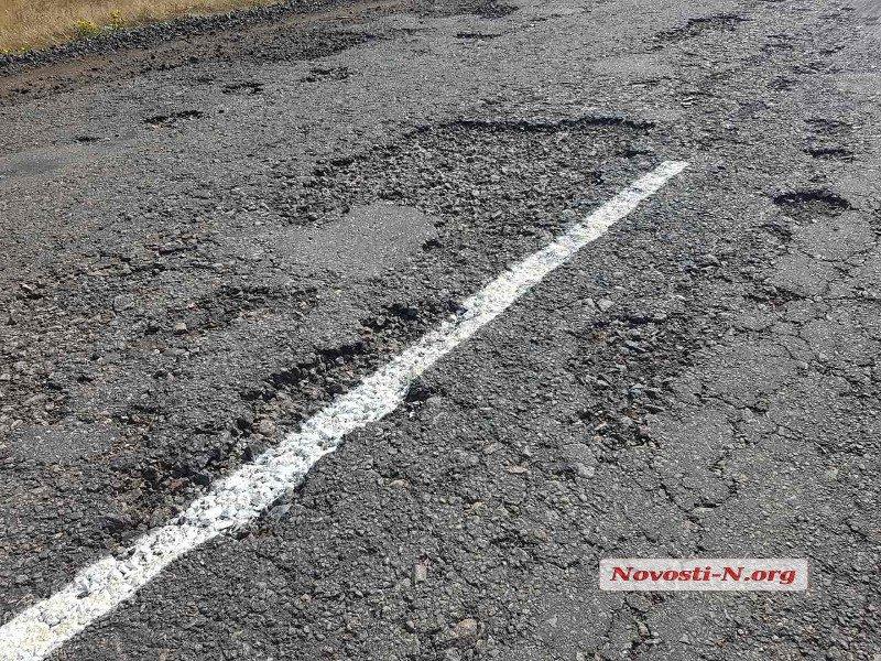 В Украине продолжают наносить разметку поверх ям 1