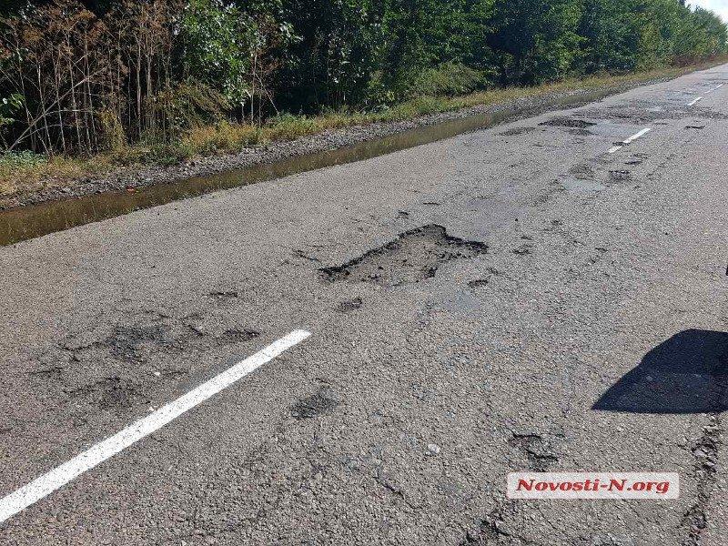 В Украине продолжают наносить разметку поверх ям 2