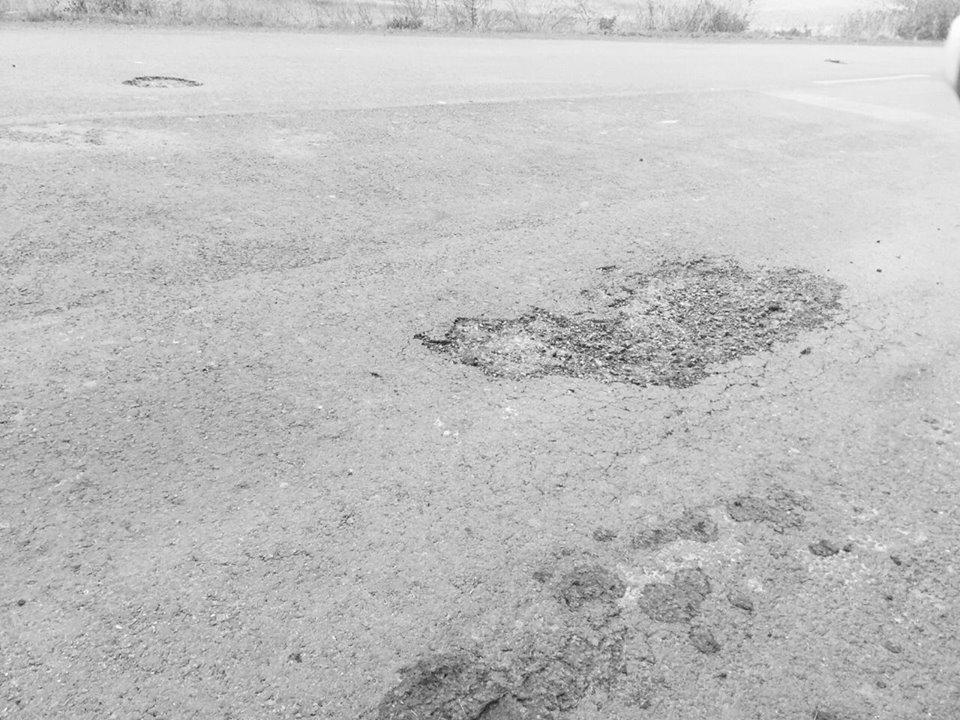 Недавно отремонтированная трасса испещрена ямами 2