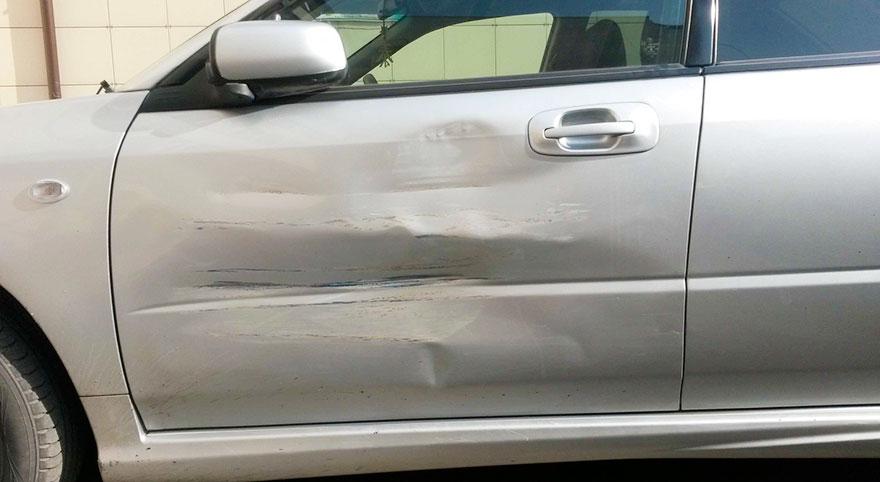 Автовладелец сделал из вмятин на кузове авто произведение искусства 2