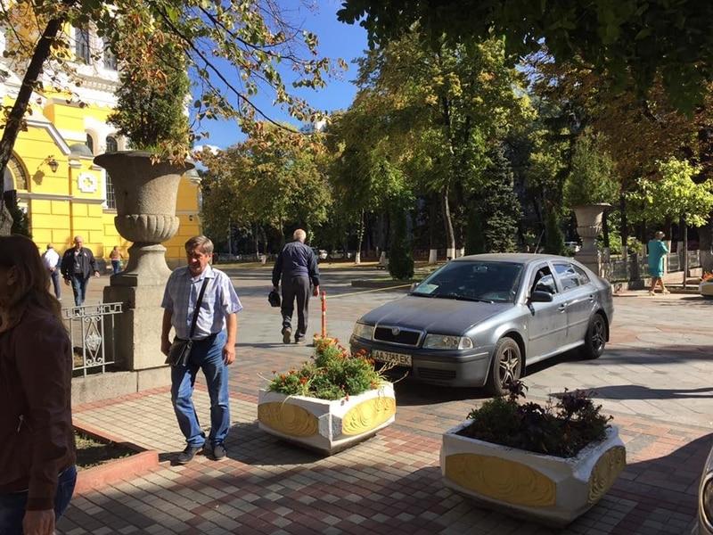 «Ничего святого»: герой парковки перекрыл вход ко Владимирскому собору 1