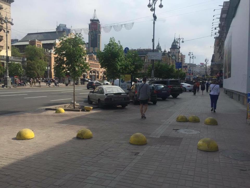 В Киеве «автохамы» поразбивали препятствия, ограничивающие парковку на тротуаре 1