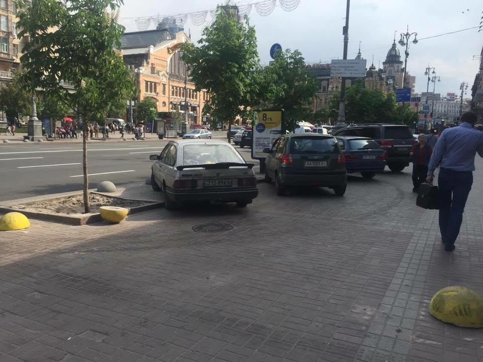 В Киеве «автохамы» поразбивали препятствия, ограничивающие парковку на тротуаре 2