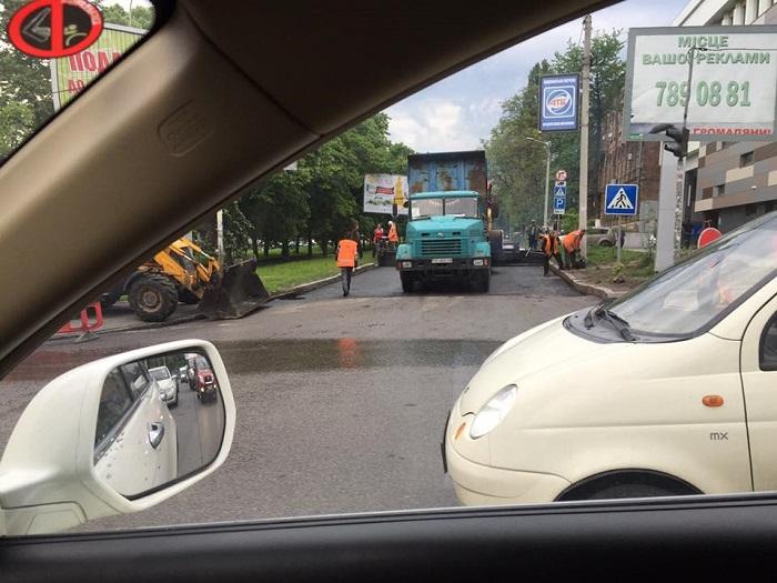 В Днепропетровске ремонтируют дороги под проливным дождем 2