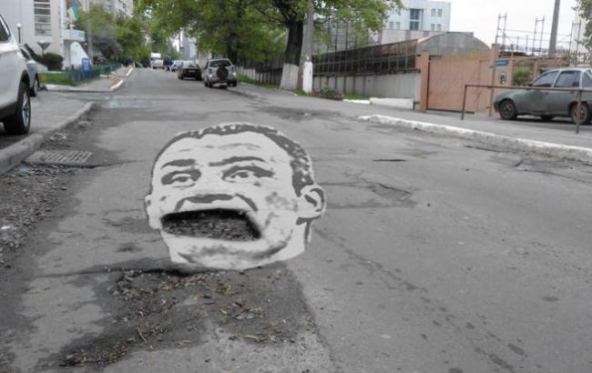 Житель столицы прикрыл дорожную яму портретом мэра 1