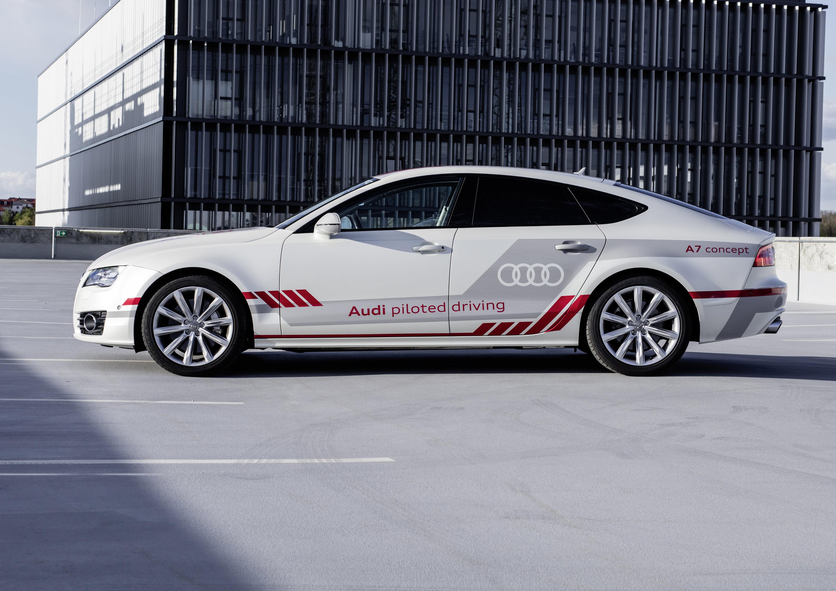 Audi A7 оснащенный автопилотом, «научился» маневрировать между авто 1