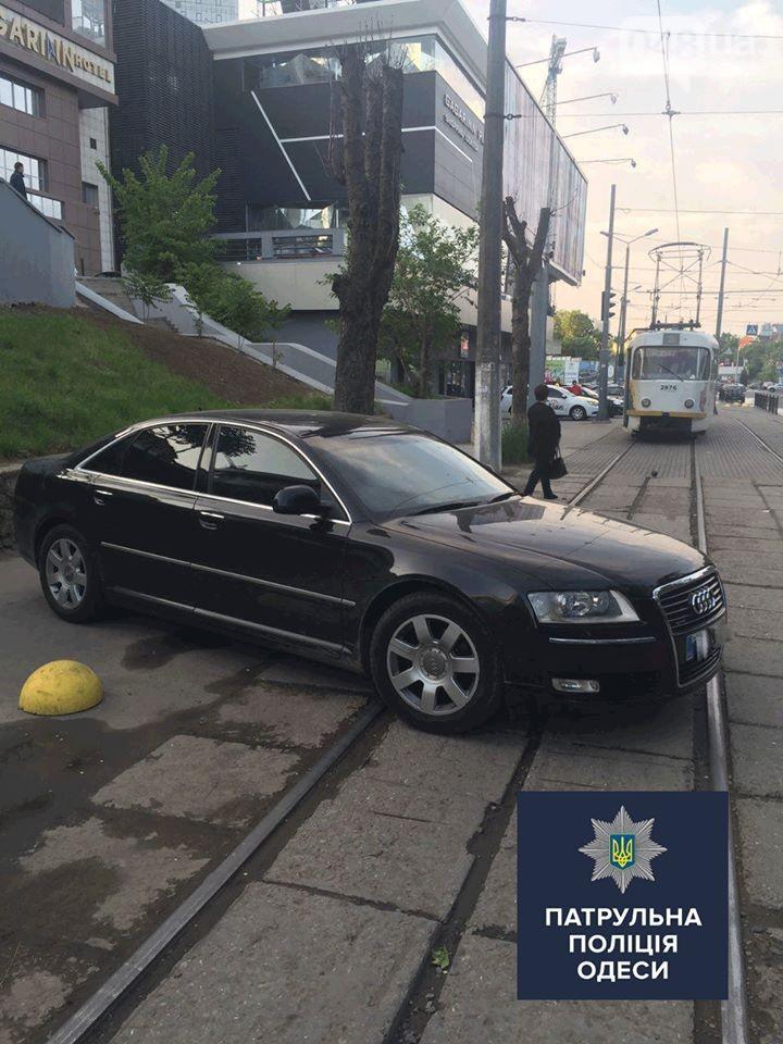 Одесский «автохам» припарковался просто поперек трамвайных путей 1